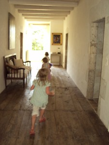 Running along the landing on the Montaigu house